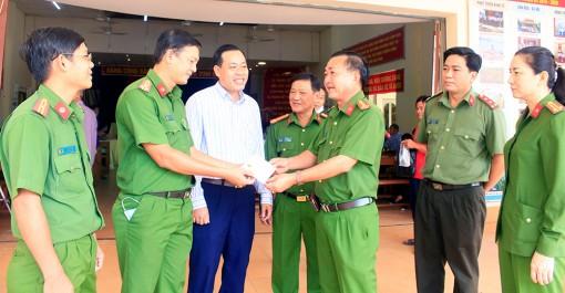 Lãnh đạo Công an tỉnh thăm, động viên Công an TP. Long Xuyên làm căn cước công dân cán mốc 1.000 hồ sơ