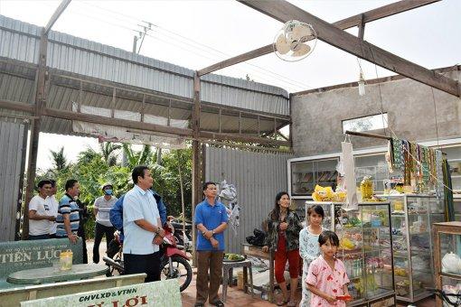 Lãnh đạo huyện Châu Thành thăm hỏi và trao tiền hỗ trợ 4 hộ dân có nhà bị tốc mái