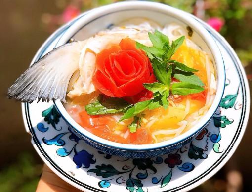 Món bún chua đầu cá hồi thanh mát đổi vị, xua tan oi bức đầu hè