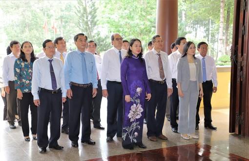 Phó Chủ tịch nước, Bí thư Tỉnh ủy An Giang Võ Thị Ánh Xuân dâng hương Chủ tịch Tôn Đức Thắng và tặng quà gia đình chính sách
