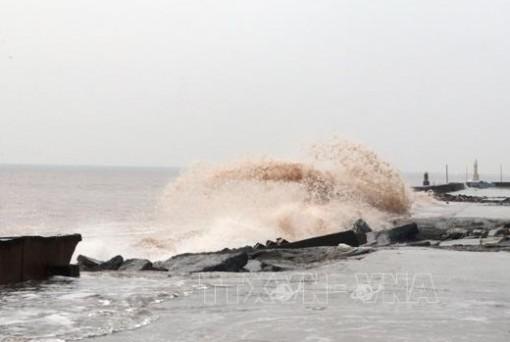 Bắc Biển Đông gió giật cấp 8, sóng cao tới 4 m