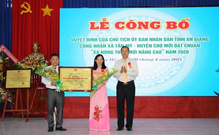 Tấn Mỹ đón bằng của Chủ tịch UBND tỉnh công nhận đạt chuẩn xã nông thôn mới nâng cao
