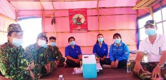 Thăm, tặng quà các tổ, chốt tăng cường phòng, chống dịch bệnh COVID-19 ở TP. Châu Đốc