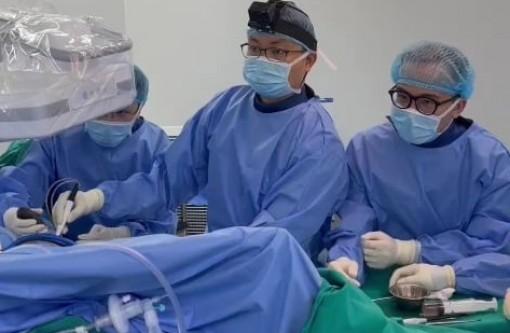 Loại bỏ hơn 50 viên sỏi trong khớp háng bằng kỹ thuật nội soi