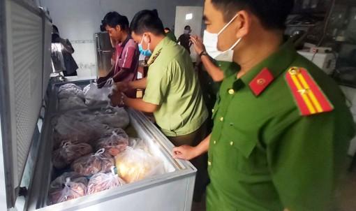 Tạm giữ hơn 3 tấn chả đòn chay của cơ sở sản xuất tại huyện Phú Tân