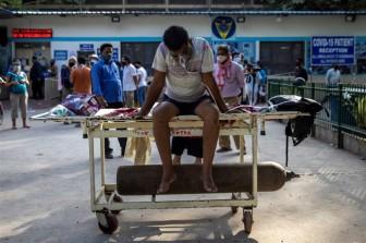 COVID-19 bùng phát: Bệnh viện Ấn Độ thiếu oxy, đài hóa thân quá tải