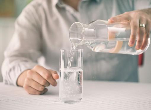 Vì sao không bao giờ nên uống nước trước khi đi ngủ?