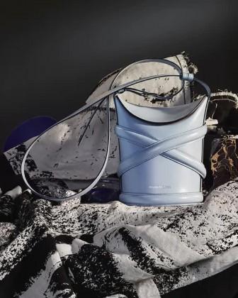 Curve Bag, chiếc túi hoàn hảo cho mùa hè của Alexander Mc Queen
