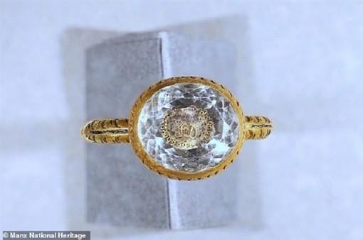 Nhẫn vàng đính pha lê 370 tuổi của bá tước Anh