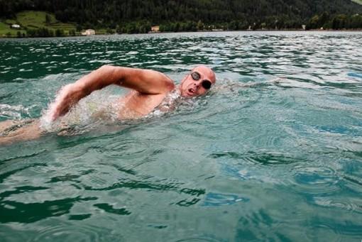 """""""Kình ngư"""" Italy phá kỷ lục bơi 20km ở hồ nước cao nhất thế giới"""