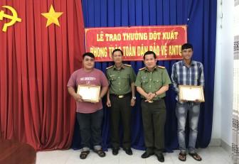 Giám đốc Công an tỉnh An Giang khen thưởng 2 quần chúng truy bắt trộm trên  tuyến Tỉnh lộ 943
