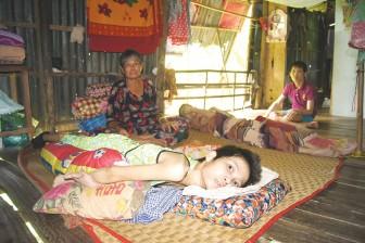 Mẹ già nghèo khó nuôi 3 đứa con nạn nhân chất độc da cam