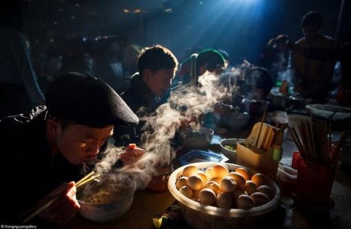 """""""Bữa sáng ở chợ phiên"""" của nhiếp ảnh gia Việt đạt giải quốc tế"""