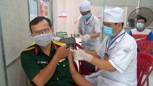 Tri Tôn: Gần 1.500 người được tiêm vaccine phòng COVID-19