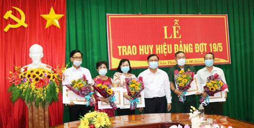 Huyện ủy Châu Thành trao huy hiệu Đảng cho 5 đảng viên cao tuổi Đảng đợt 19-5
