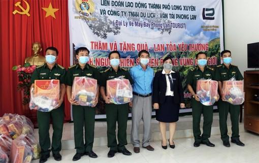 Liên đoàn Lao động TP. Long Xuyên và Công ty Phong Lan thăm, tặng quà các đồn biên phòng huyện An Phú