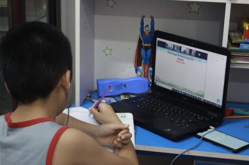Phụ huynh thuê người học online cùng con