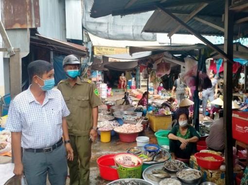 Công an toàn huyện Chợ Mới xử phạt 50 trường hợp không đeo khẩu trang nơi công cộng khi tham gia giao thông