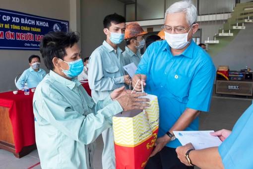 Chủ tịch Liên đoàn Lao động  tỉnh An Giang thăm, tặng quà công nhân làm việc ở công trường