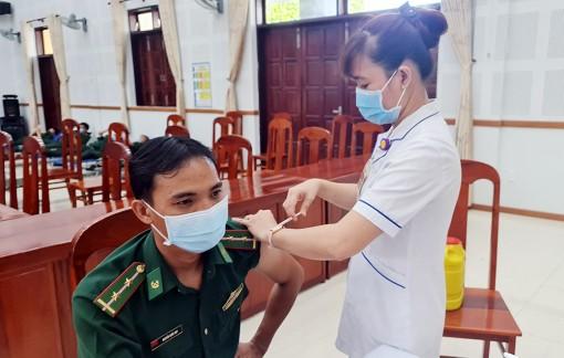 100 cán bộ, chiến sĩ Bộ đội Biên phòng An Giang tiêm vaccine phòng COVID-19 mũi 2