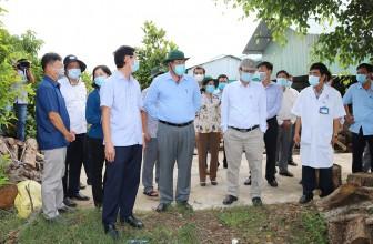 Chủ tịch UBND tỉnh An Giang Nguyễn Thanh Bình khảo sát địa điểm thành lập bệnh viện dã chiến tại huyện Châu Thành
