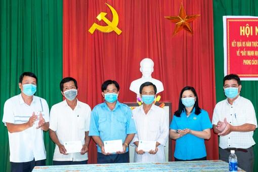 Phó Chủ tịch Liên đoàn Lao động tỉnh An Giang thăm, tặng quà đoàn viên, công nhân có hoàn cảnh đặc biệt khó khăn