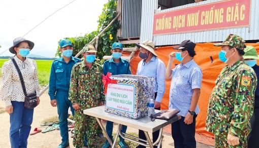 Thăm hỏi, động viên cán bộ, chiến sĩ làm nhiệm vụ trên tuyến biên giới huyện Tịnh Biên