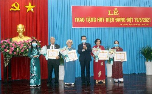 Ban Thường vụ Tỉnh ủy An Giang trao huy hiệu Đảng đợt 19-5-2021