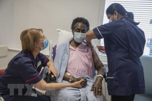 Vaccine ngừa COVID-19 giúp giảm mạnh số ca tử vong và nhập viện tại Anh