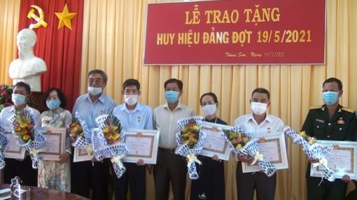 Thoại Sơn trao huy hiệu Đảng đợt 19-5-2021