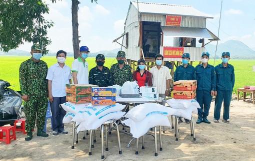 Thăm, tặng quà các chốt phòng, chống dịch bệnh COVID-19 tại huyện Tịnh Biên