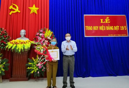 Ban Thường vụ Huyện ủy Tịnh Biên trao huy hiệu Đảng đợt 19-5-2021