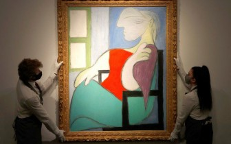"""Bức họa """"Người phụ nữ ngồi bên cửa sổ"""" của danh họa Picasso được bán với giá hơn 103 triệu USD"""