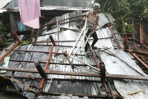 Mưa giông, lốc xoáy làm sập, tốc mái 32 nhà dân ở Chợ Mới