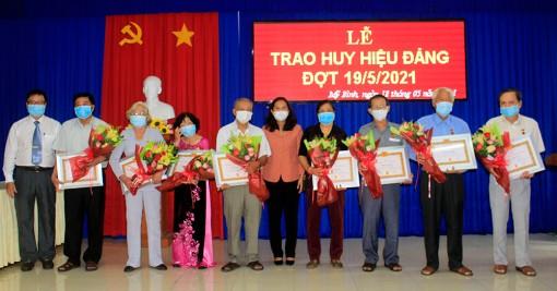 TP. Long Xuyên tổ chức đoàn trao huy hiệu Đảng đợt 19-5