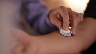 Thử nghiệm miếng dán vaccine ngừa COVID-19 cho kết quả ấn tượng