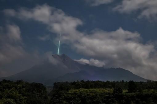 Vệt sáng xanh bí ẩn chiếu thẳng xuống đỉnh núi lửa