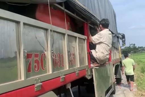 8 người nằm trong thùng xe tải để trốn khai báo y tế