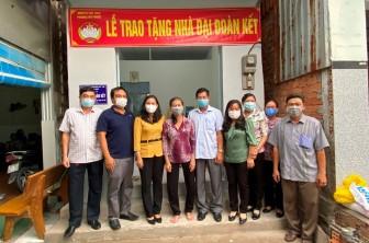 Trao nhà Đại đoàn kết cho 2 hộ cận nghèo ở phường Mỹ Phước
