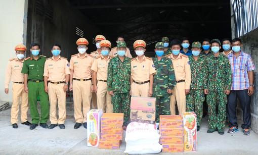 Phòng Cảnh sát Giao thông đường bộ Công an tỉnh An Giang tặng quà các chốt phòng, chống dịch bệnh COVID-19
