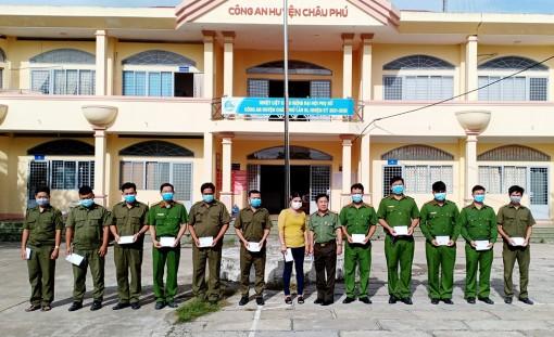 Công an Châu Phú tặng quà động viên cán bộ, chiến sĩ tăng cường hỗ trợ công tác phòng, chống dịch