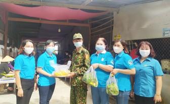 Nhiều đoàn đến thăm, tặng quà cán bộ, chiến sĩ biên giới