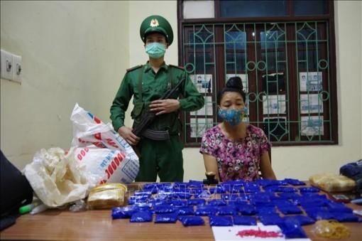 Phát hiện đối tượng nữ 'ngụy trang' 12.000 viên ma túy tổng hợp trong bao gạo