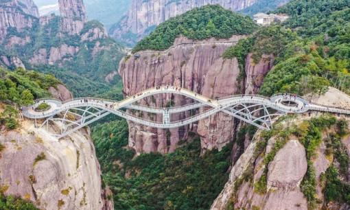 """Cầu uốn lượn giữa 2 vách núi cao 140 m ở Trung Quốc gây """"bão"""" mạng xã hội"""