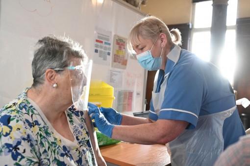 Tiêm vaccine COVID-19 đạt 21% dân số toàn cầu và tiến độ tại các khu vực