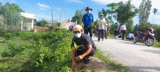 Ra quân trồng 500 cây dầu dọc tuyến kênh F