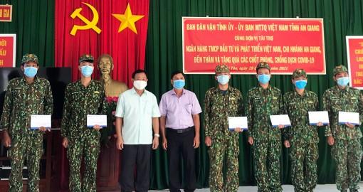 Lãnh đạo UBMTTQVN và Ban Dân vận Tỉnh ủy An Giang thăm, động viên cán bộ, chiến sĩ phòng, chống dịch bệnh COVID-19 biên giới Tri Tôn
