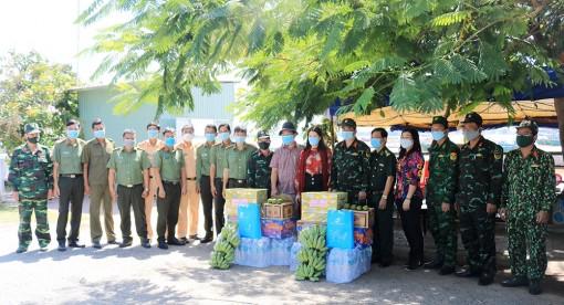 Hội Liên hiệp Phụ nữ tỉnh An Giang thăm, tặng quà lực lượng làm nhiệm vụ phòng, chống dịch bệnh COVID-19 trên sông Tiền