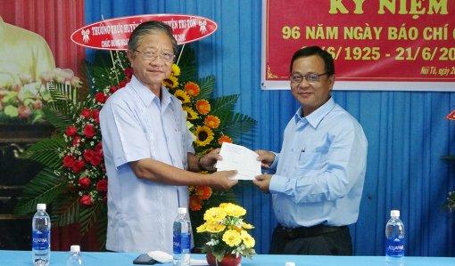 Bí thư Huyện ủy Tri Tôn chúc mừng 21-6