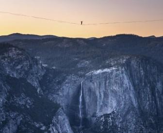 Kinh ngạc anh em người Mỹ lập kỷ lục đi dây trên không ở độ cao hơn 480 mét